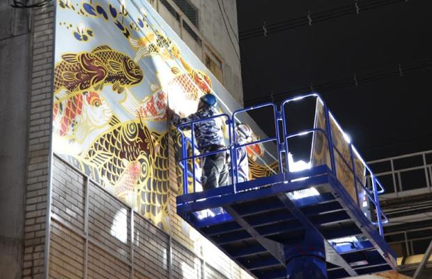 壁画パネルの設置風景(夜間工事)